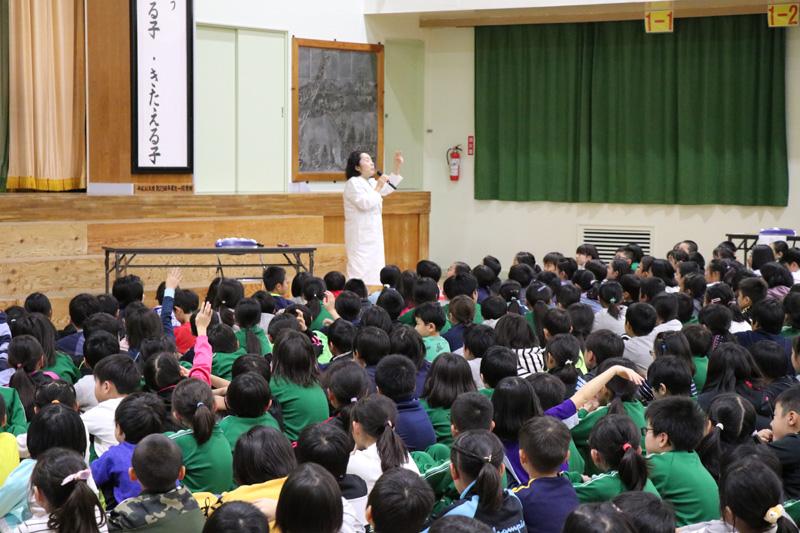院長の担当校である木崎野小学校で、健康教育の一貫として行われている「すこやか会議」(児童、保護者、先生が一緒に、課題に取り組み、それについて発表する場)で講話をしてきました。 「あいうべ体操」についてです。子供たちは、今年の6月から保健委員会を中心にして学校と家庭で「あいうべ体操」を実践してきました。 授業中の口ポカも減り、唇が荒れなくなった子もいて、少しずつ成果もでているようです。 私からは、なぜあいうべ体操が良いのか、食べたり飲んだりしている時のお口の中はどうなっているのかetcをお話しました。 元気いっぱいなお子供たちからは、沢山の質問も出ました!あいうべ体操をこれからも続けて、ますます元気で粘り強い子に成長していって欲しいと願っております。