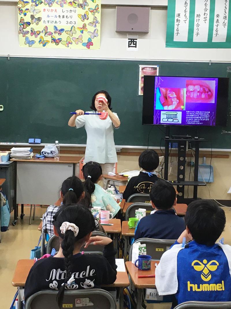11月22日~29日にかけて、よしだ歯科医院が担当している小学校で、3年生を対象に「めざせ歯みがき名人」というタイトルのお話と実践をしてきました。<br> 今年も歯科衛生士と二人で臨みましたが、今時の小3はすごい知識も豊富で、びっくりです!!<br> 元気いっぱいの子供達に負けないように、私達も張り切って指導してきました。