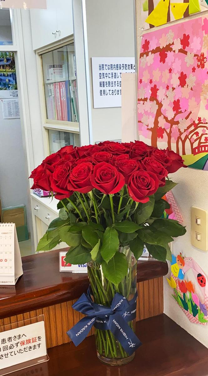 青森県三沢市のよしだ歯科医院です。薔薇の花をプレゼントして頂いたので院内に飾りました。プラズマレーザーシステム導入治療。院内の治療使用の水全て除菌水。一般歯科(歯周病・虫歯治療など)・矯正歯科・小児歯科(こども歯科)・かみ合わせ・ドライマウス・口腔機能訓練・ホワイトニング・審美歯科・PMTC・顎関節を考慮した歯列矯正・予防歯科