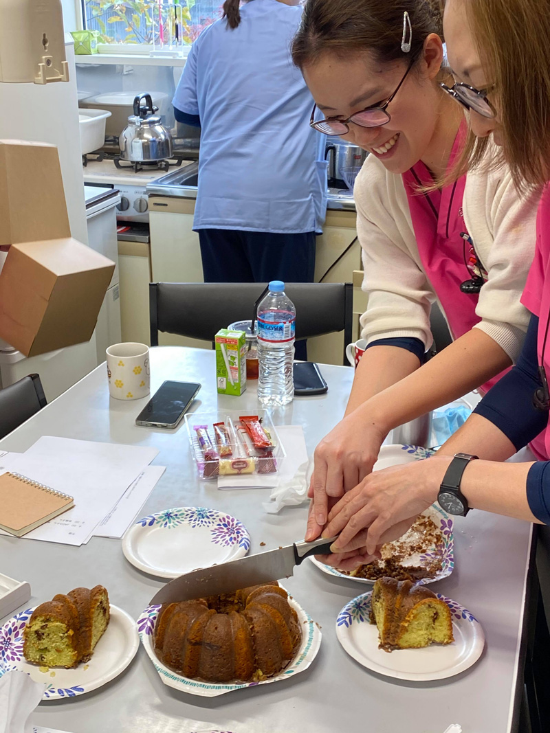 プラズマレーザーシステム治療導入の患者さんが手作りケーキを作ってきてくださいました!12月から仲間になる新しいスタッフにも声をかけたら、遊びにきてくれたので、皆でお茶会!ピスタチオのケーキで、シナモンが効いていて美味しかったです。ケーキを切り分けるスタッフもハイテンション❗️