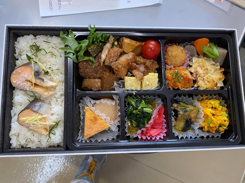 青森県三沢市よしだ歯科医院では11月26日は皆でプラズマレーザー(治療)の研修。終了後は、講師と一緒にお弁当! 十和田の「ハピたのかふぇ」のお弁当は美味しかった!