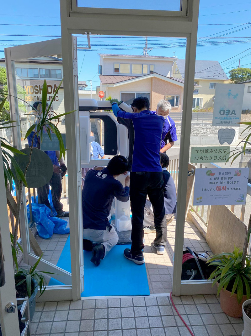 青森県三沢市プラズマレーザーシステム・除菌水・虫歯・歯周病・インビザライン治療(マウスピース型の矯正装置)の歯医者よしだ歯科医院はいよいよ3D機能搭載の最新鋭レントゲン撮影機設置です!東北で3番目、青森県で最初に導入されるこの機種、うちのドアとの幅の差がほとんど無く、7人掛で1時間かけて丁寧に搬入されました。試し撮りで私がモデル!青森県第一号になりました。
